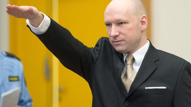 Breivik verschijnt in rechtszaal met Hitlergroet