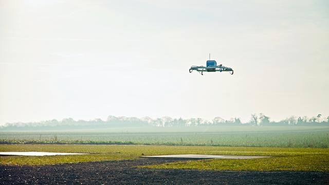 Amazon bezorgt eerste pakketje met drone in praktijktest