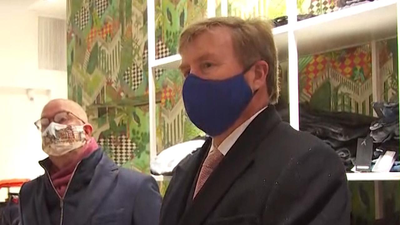 Koning bezoekt door avondklokrellen getroffen winkeliers in Den Bosch