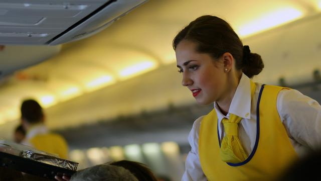 Eisen voor stewardessen: 'Zichtbare make-up graag en maximaal maat 40'