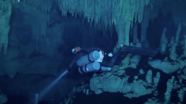 Duikers filmen botten in enorme overstroomde grot