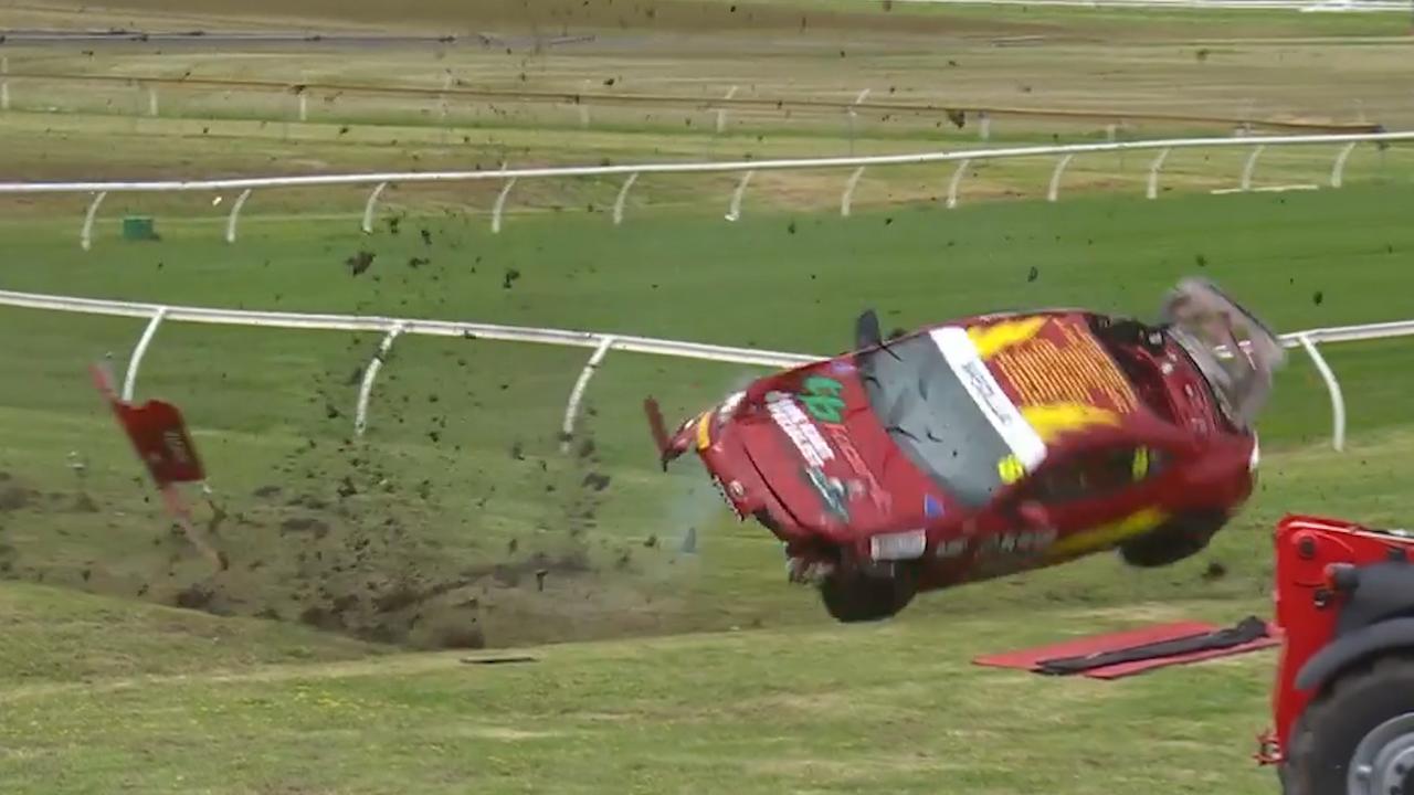 Raceauto slaat paar keer over de kop op circuit in Melbourne