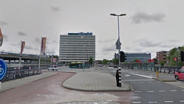 Vrouw in scootmobiel gewond na aanrijding met bus op Aziëweg