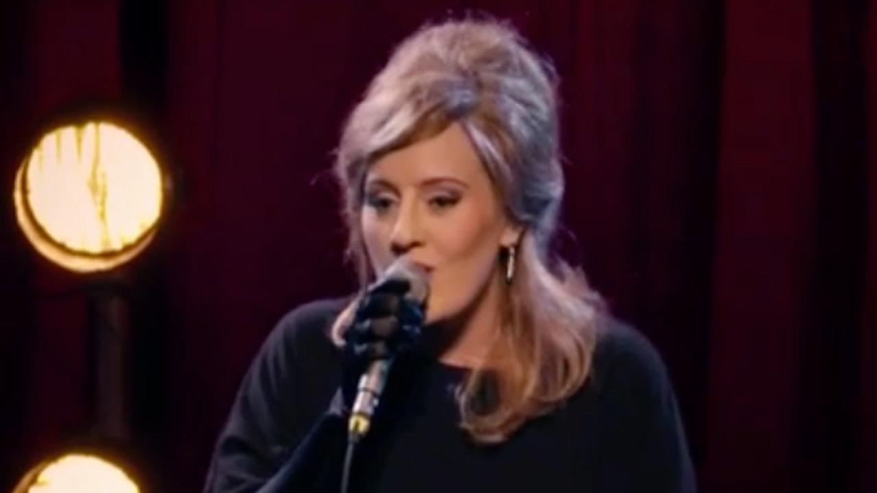 Adele vermomd als zichzelf in talentenshow