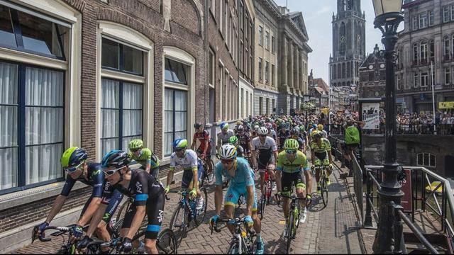 Burgemeester van Utrecht tekent contract van La Vuelta Holanda