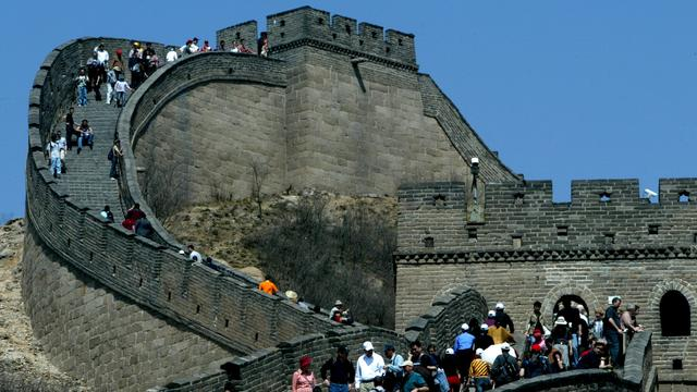 China treedt op tegen toeristen die stenen uit Chinese Muur halen