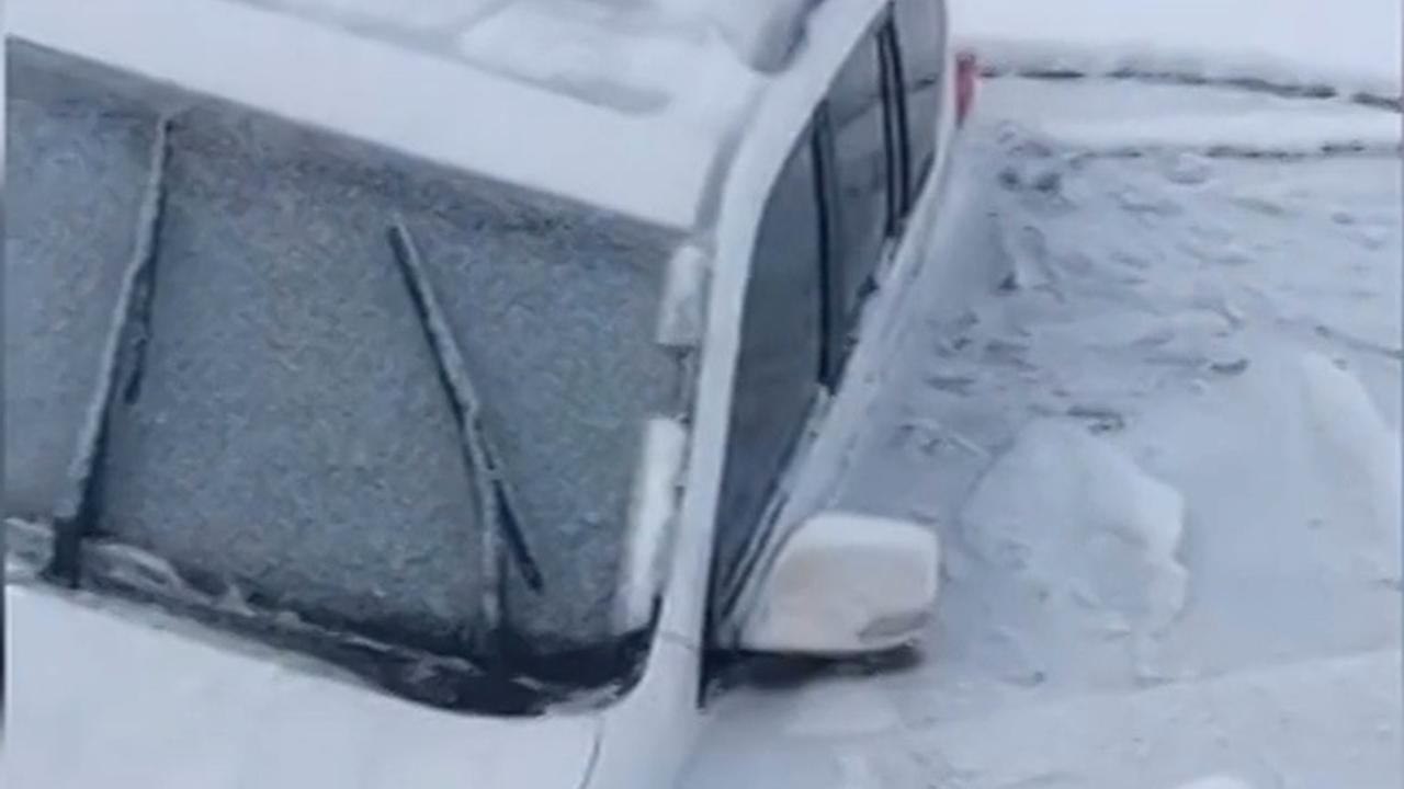 Bestuurder zakt met auto door ijs bij rit op bevroren rivier China