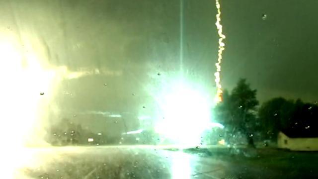 Dashcam filmt blikseminslag op elektriciteitsmast langs weg VS