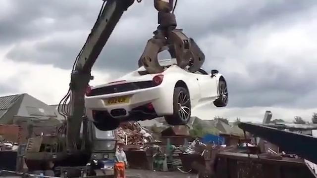 Britse politie sloopt foutgeparkeerde dure Ferrari