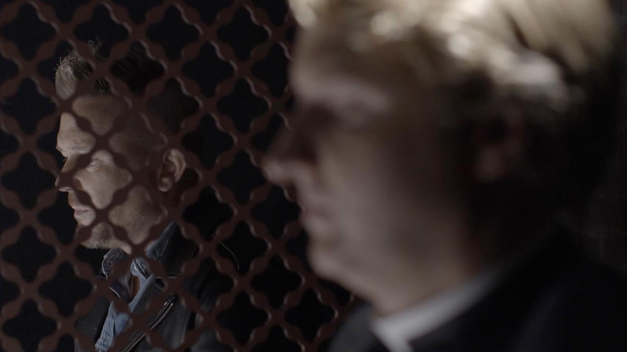 Johnny de Mol moet van priester in teaser boete doen met roast