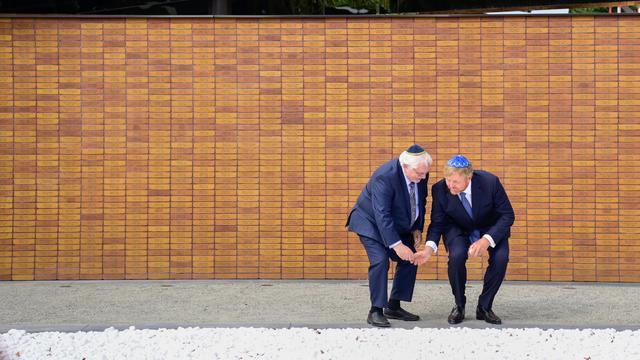 Koning Willem-Alexander onthult Holocaust Namenmonument