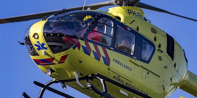 Trauma-arts landt met helikopter op grasveld bij Saffierstraat