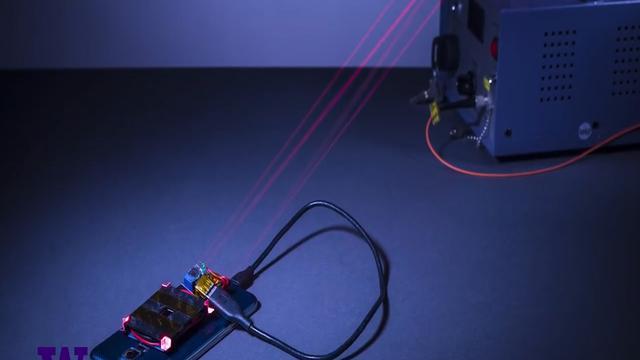 Universiteit laadt telefoon op met laser
