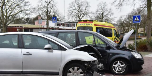 Automobilist gewond door botsing op Van Beethovenlaan