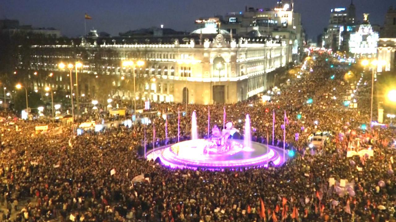 Duizenden vullen stadhuisplein Madrid ter afsluiting Vrouwendag