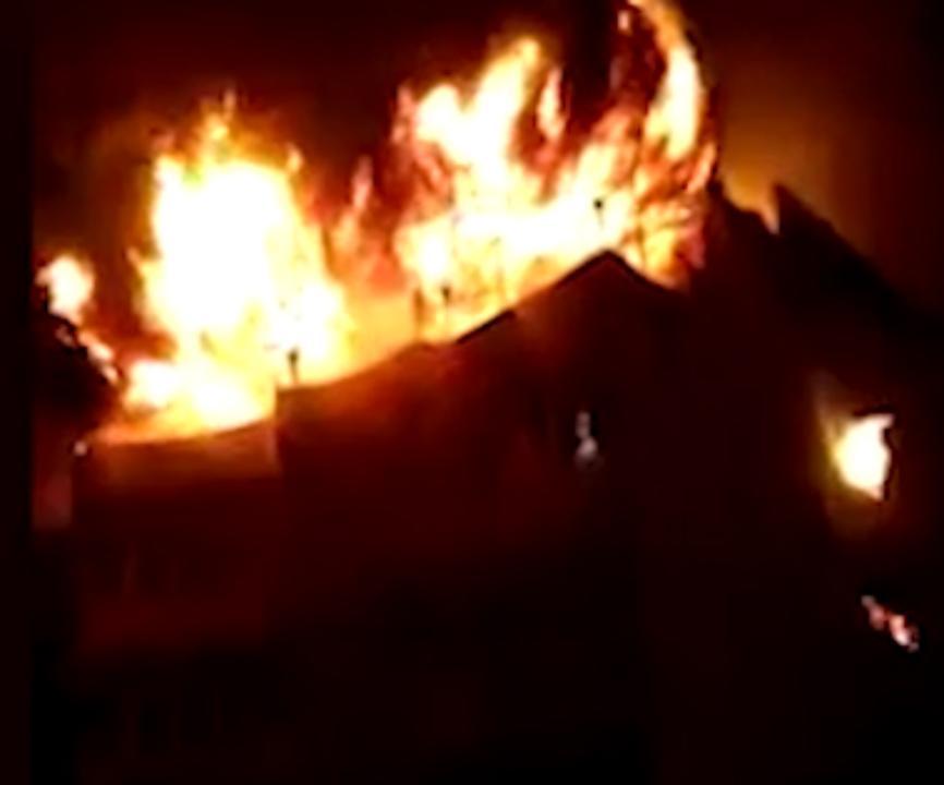 Vlammen slaan uit dak van hotel in New Delhi