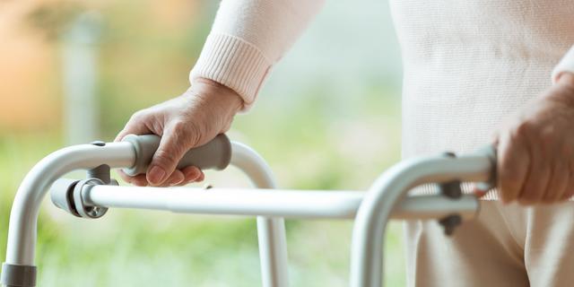 Amerikaanse vrouwen vermommen zich als bejaarden om coronaprik te krijgen