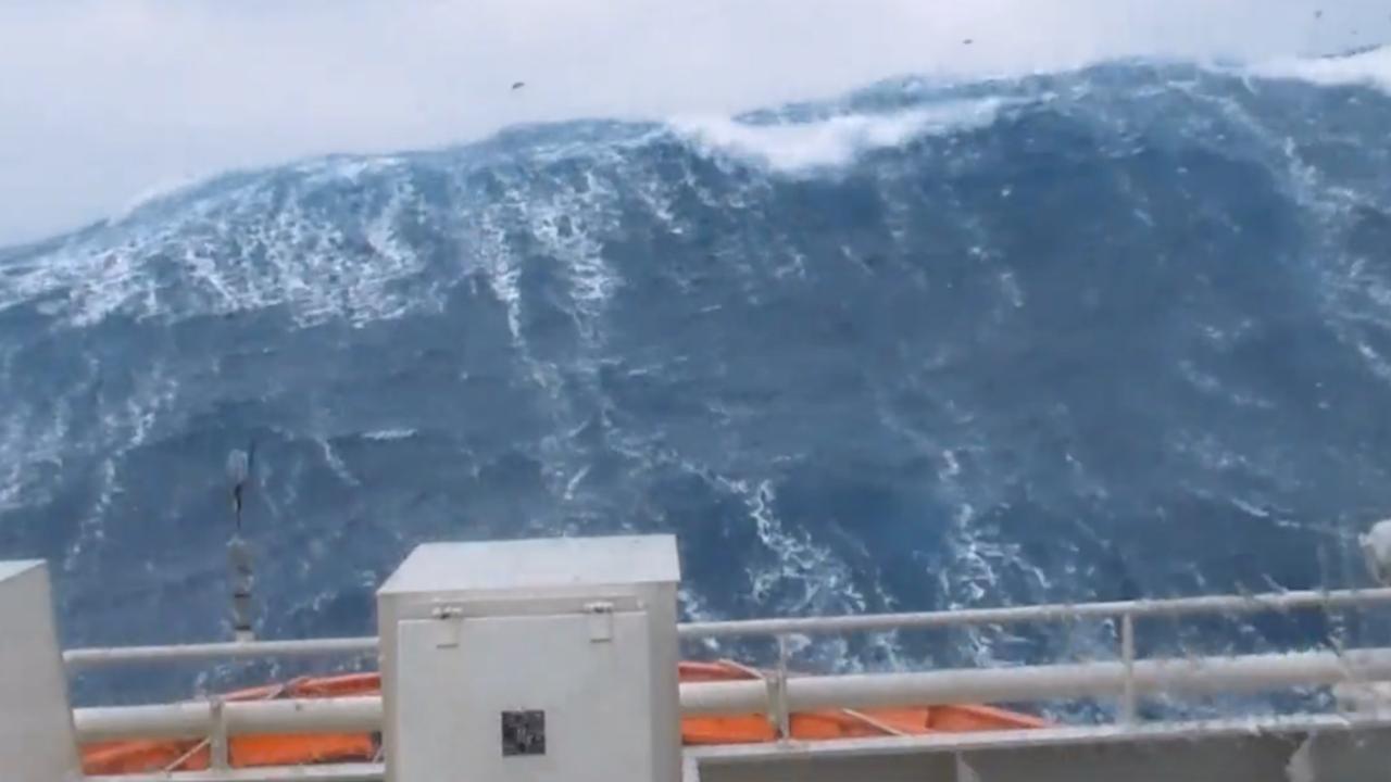 Schip Britse kustwacht vaart tegen enorme golven in op Noordzee