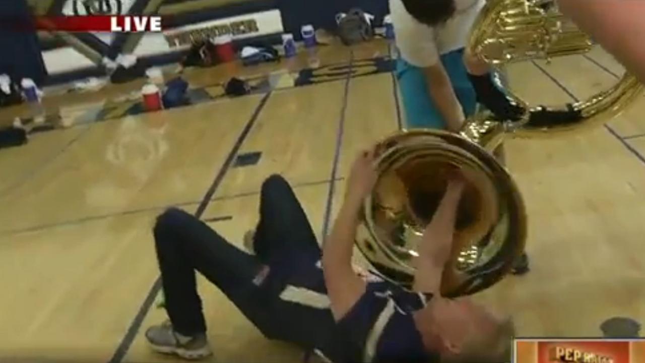 Tuba raakt verstopt dankzij verslaggever