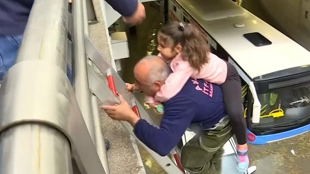 Brandweer redt mensen uit gestrande bus na stortvloed in Ankara