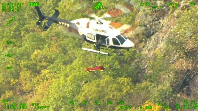 Politie New York redt onwel geworden wandelaar met helikopter van berg