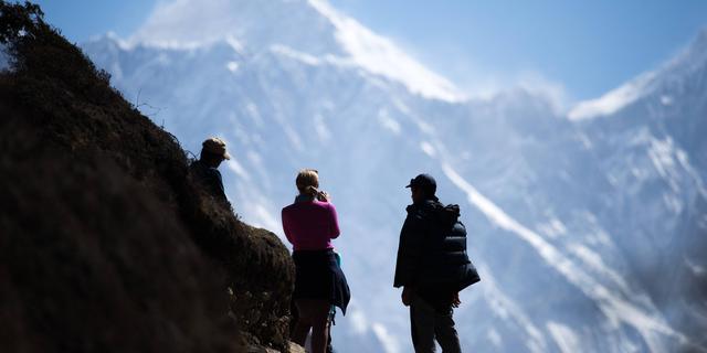 Meer bergbeklimmers klimmen succesvol naar de top van Mount Everest