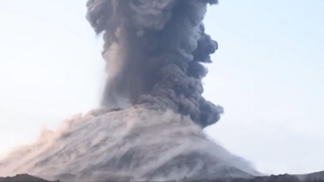 Stenen van vulkaan bij Java belanden bijna op boot