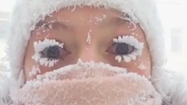 Wimpers bevriezen door extreme kou in Siberië