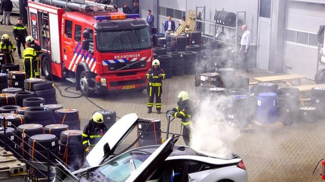 Sportauto in brand gevlogen aan Huifakkerstraat