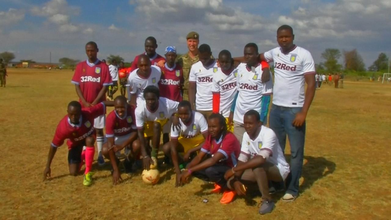 Prins William speelt voetbal met Keniaanse jongeren