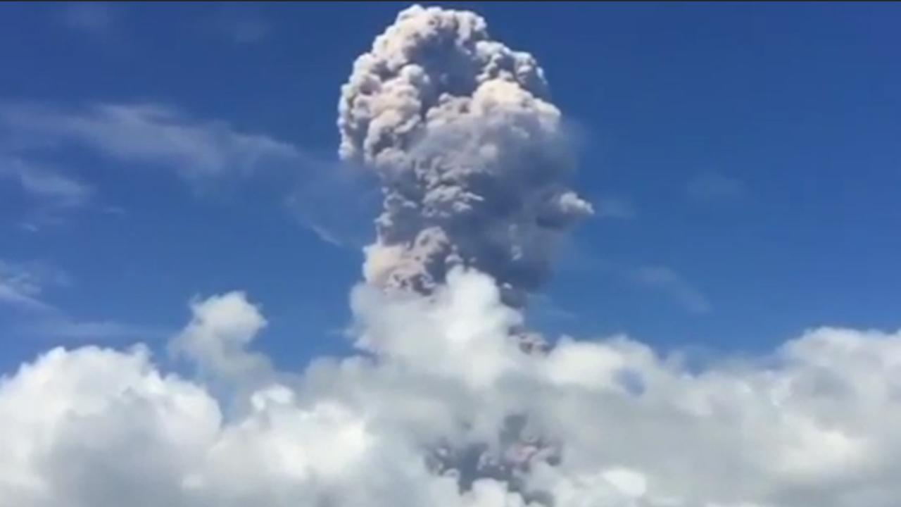 Filipijnse vulkaan spuwt enorme aswolken lucht in