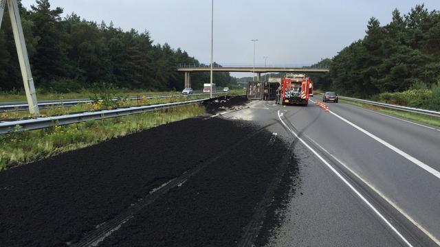 Ravage op A50 door met modder gekantelde vrachtwagen.