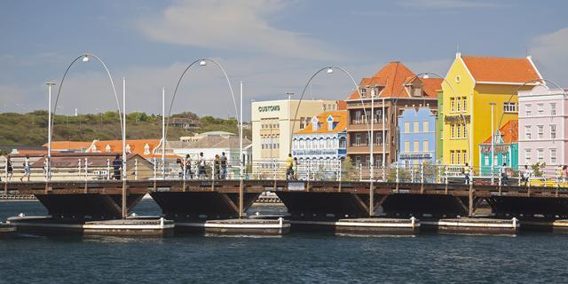 Ook donderdagnacht rellen rond bezuinigingen op Curaçao