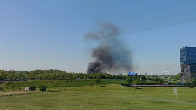 Rookwolken te zien op A12/A2 bij Utrecht door brandende kraanwagen