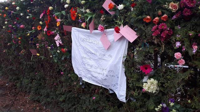 Tientallen bloemen geplaatst bij Al Fourqaan moskee in Eindhoven