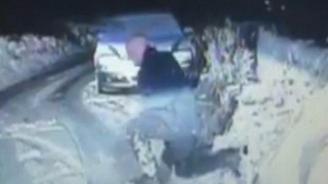Dashcam filmt hoe agent onderuit glijdt in Engeland