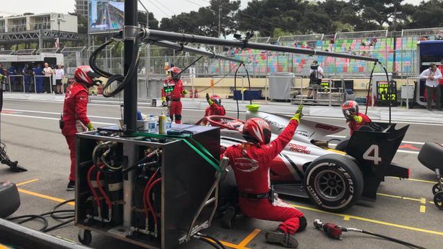 Nyck de Vries valt uit in hoofdrace Formule 2 op stratencircuit Baku
