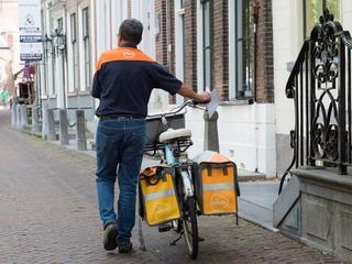 Het probleem is de zogeheten combibundel, waarbij postbezorgers zelf hun post moeten sorteren