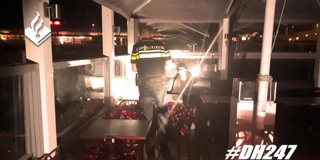 Politie bekeurt dertien slapende personen op terrassen in Scheveningen