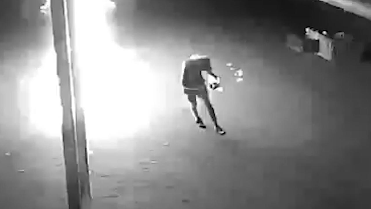Politie deelt video van klungelige brandstichter in Emmen