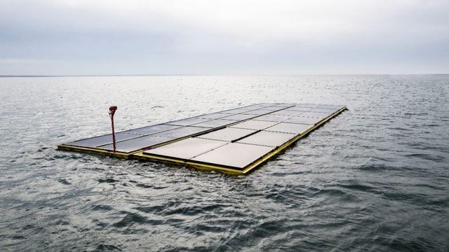 Drijvende zonnepanelen in Nederlandse zee