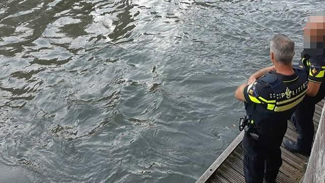 Agenten halen dronken schipper van het water op de Oudegracht