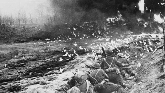 1944: Canadese troepen tijdens gevechten bij Arnhem.