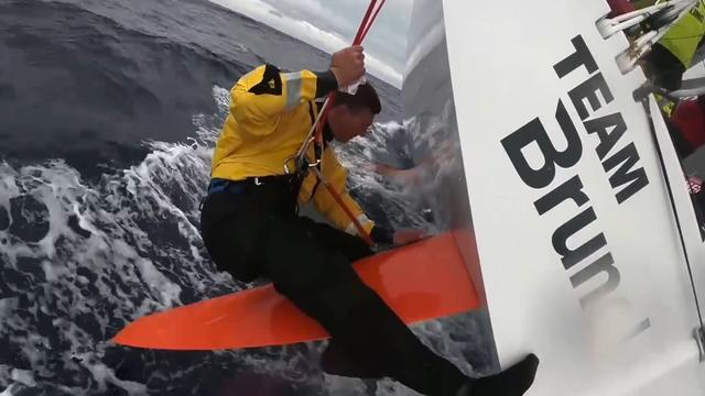 Zeiler Team Brunel repareert roer tijdens varen