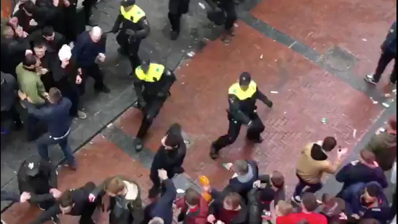 Politie grijpt in bij rellende  Britse supporters in Amsterdam