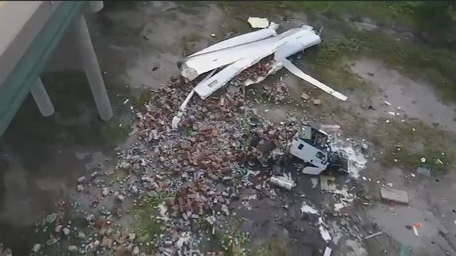 Ravage in Kansas nadat met sla gevulde vrachtwagen van viaduct rijdt