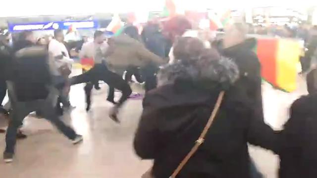 Tientallen mensen met elkaar op de vuist op vliegveld Hannover