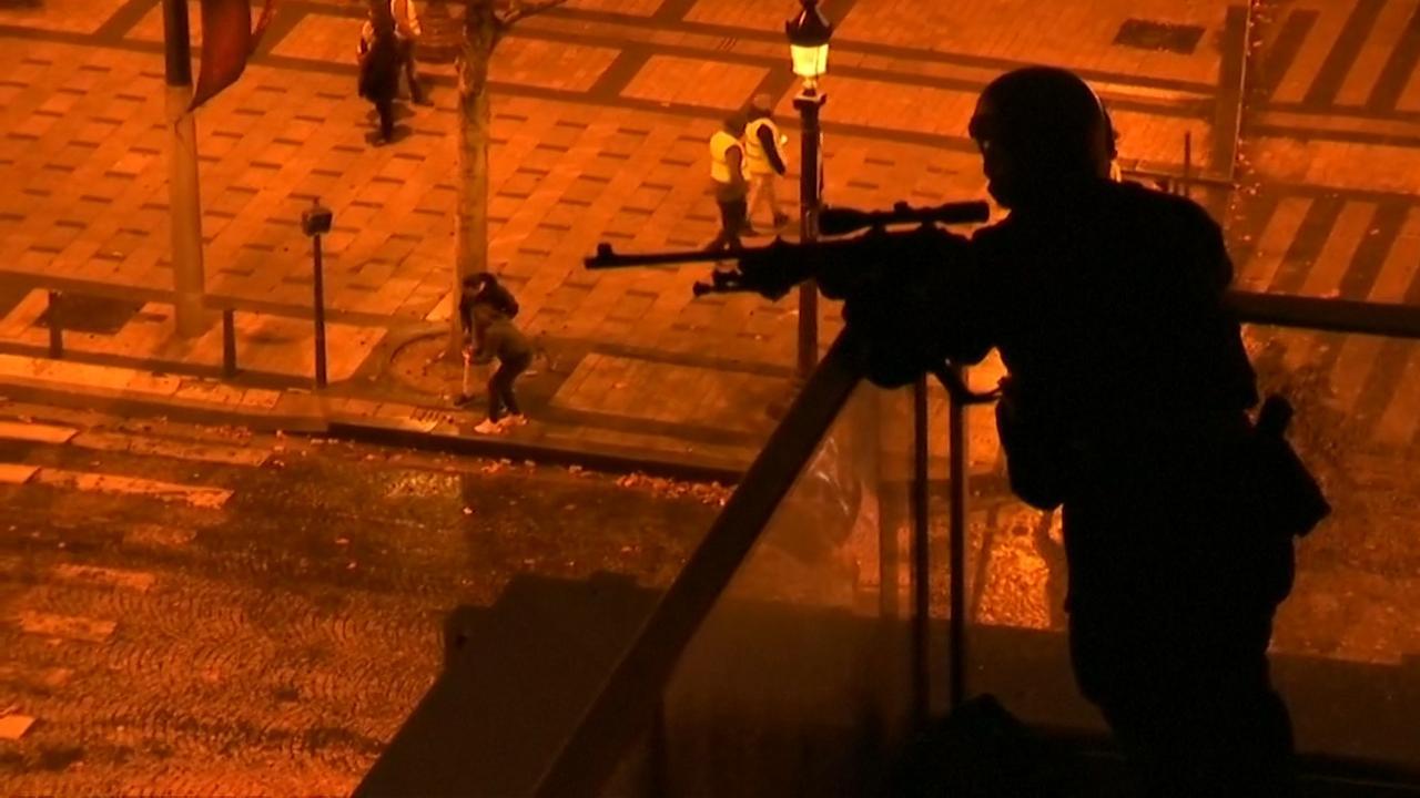 Scherpschutter op daken Parijs door rellen 'Gele Hesjes'