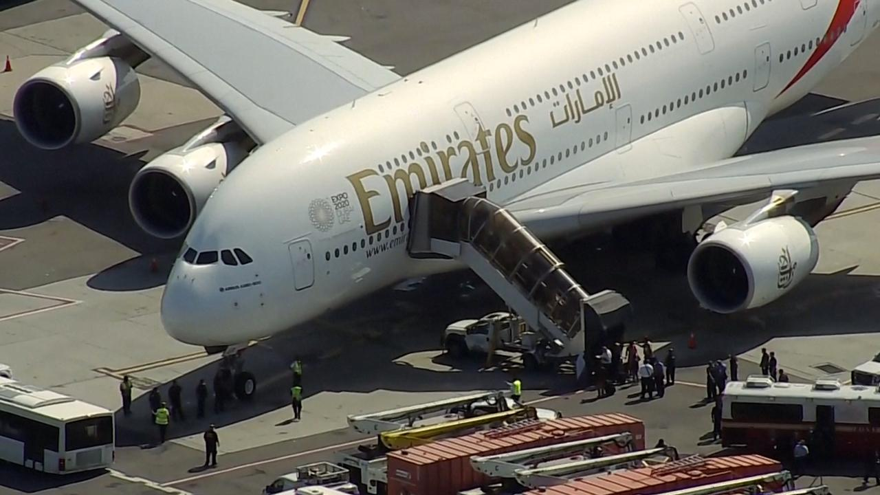 Passagiers verlaten 'quarantainevliegtuig' in VS