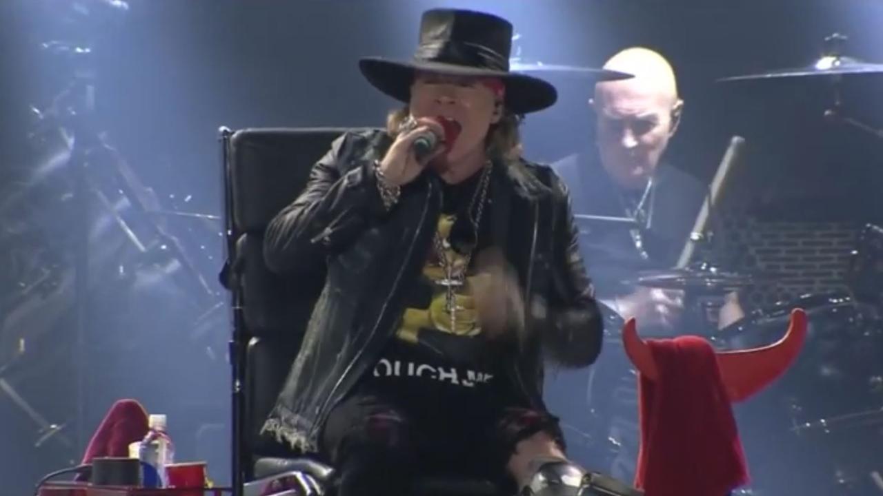Axl Rose maakt debuut als zanger van AC/DC